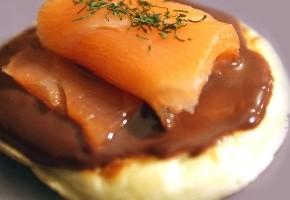 blinis de saumon à la sauce chocolat et gingembre