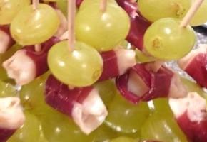 brochettes de raisin, magret et pecorino