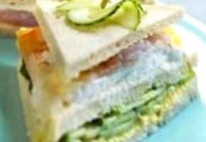 club sandwich au concombre, mozzarella et haddock