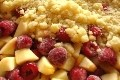 crumble aux framboises et pommes, et quenelle de philadelphia aux zestes de citron