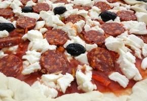 pizza au chorizo et à la mozzarella