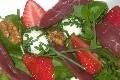 salade printaniere au chevre frais, fraises, magret et pousses d'epinard