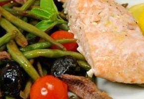 saumon rôti aux olives, anchois, tomates et haricots